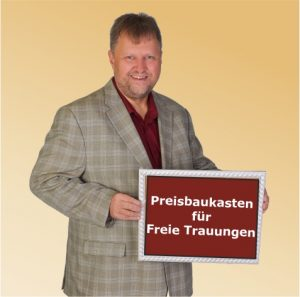 Der Freie Theologe mit einem Schild. Darauf steht: Preisbaukasten für Freie Trauungen.